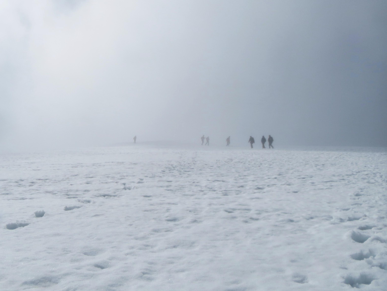 Wanderer im Nebel auf dem Gipfel des Ben Nevis
